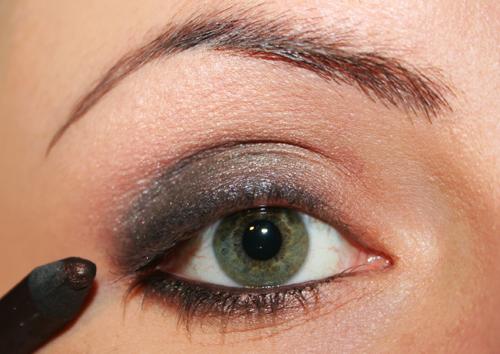 matita marrone dentro l'occhio