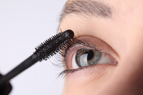 applicare il mascara prima del make up occhi