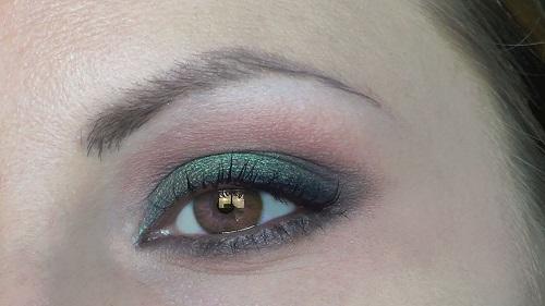 trucco-verde-su-occhi-castani