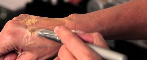 mescolare fondotinta con polveri sulla mano